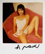 荒木経惟「赤いソファー」写真8×7.6cm