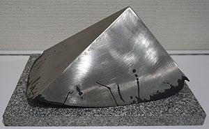 関根伸夫「ピラミッドの頂」ステンレスオブジェ